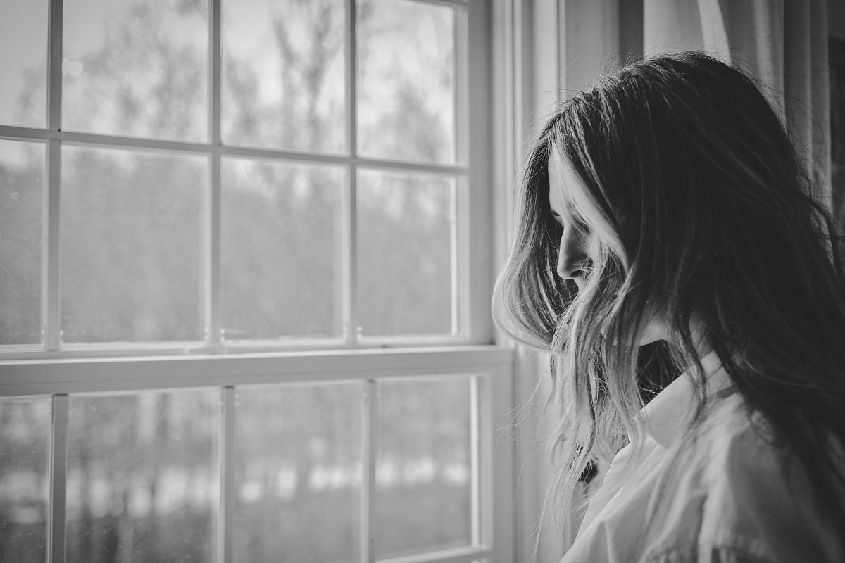 Mujer sufre depresión posparto