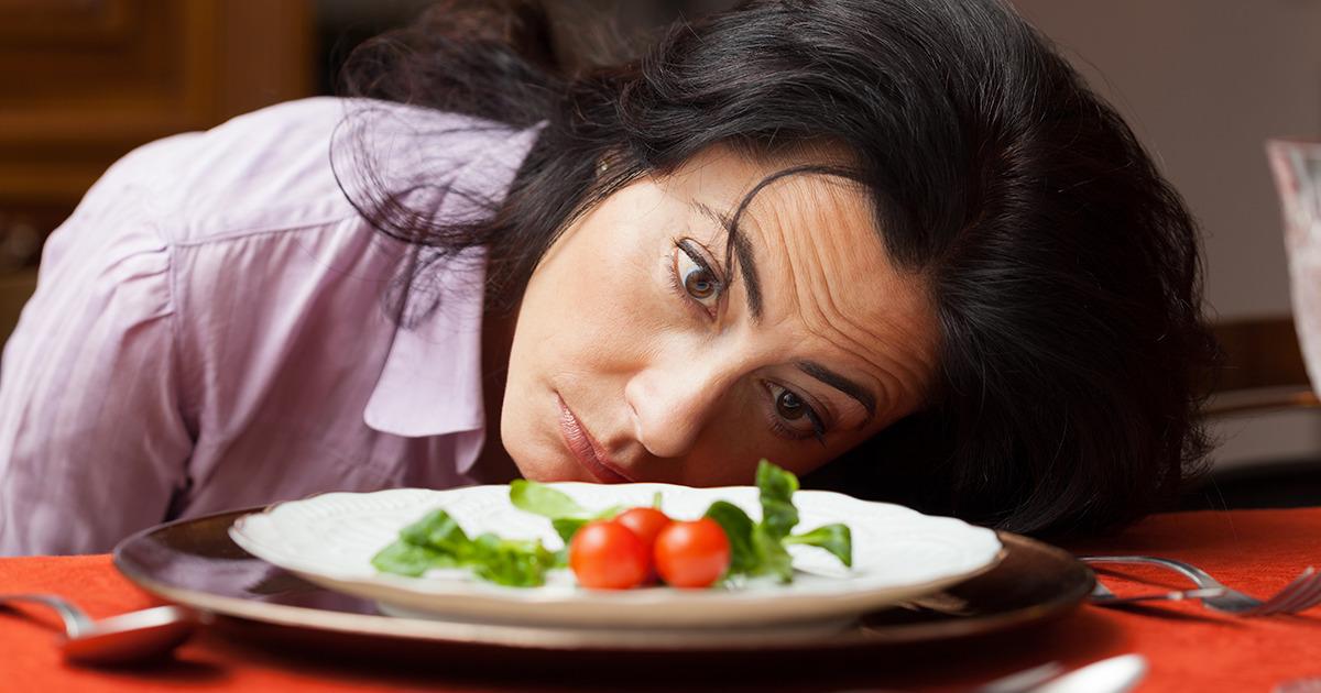 Mujer con problemas emocionales por seguir dietas estrictas