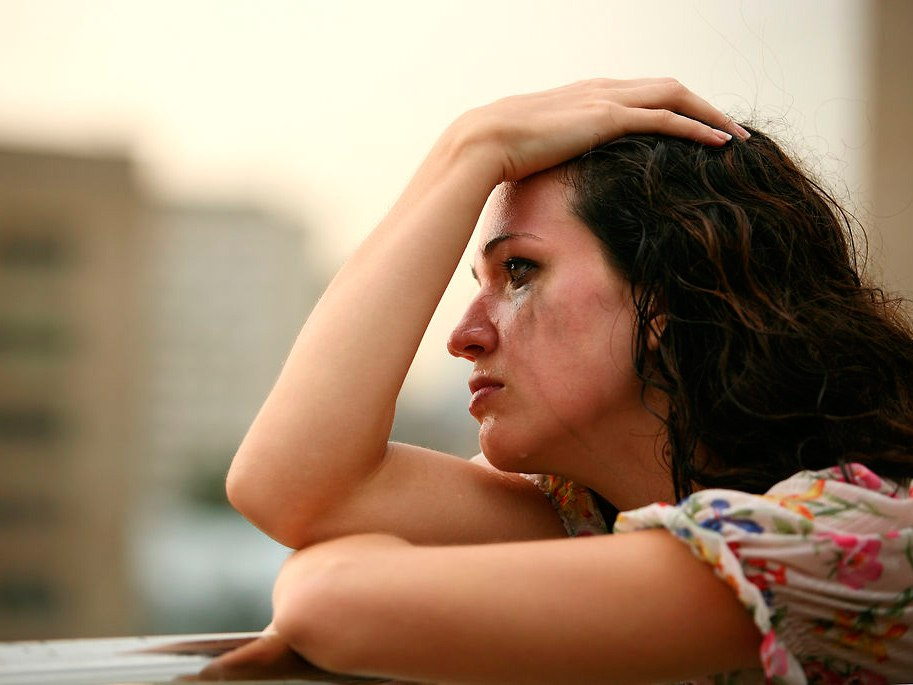 Mujer llora porque su pareja le roba la energía