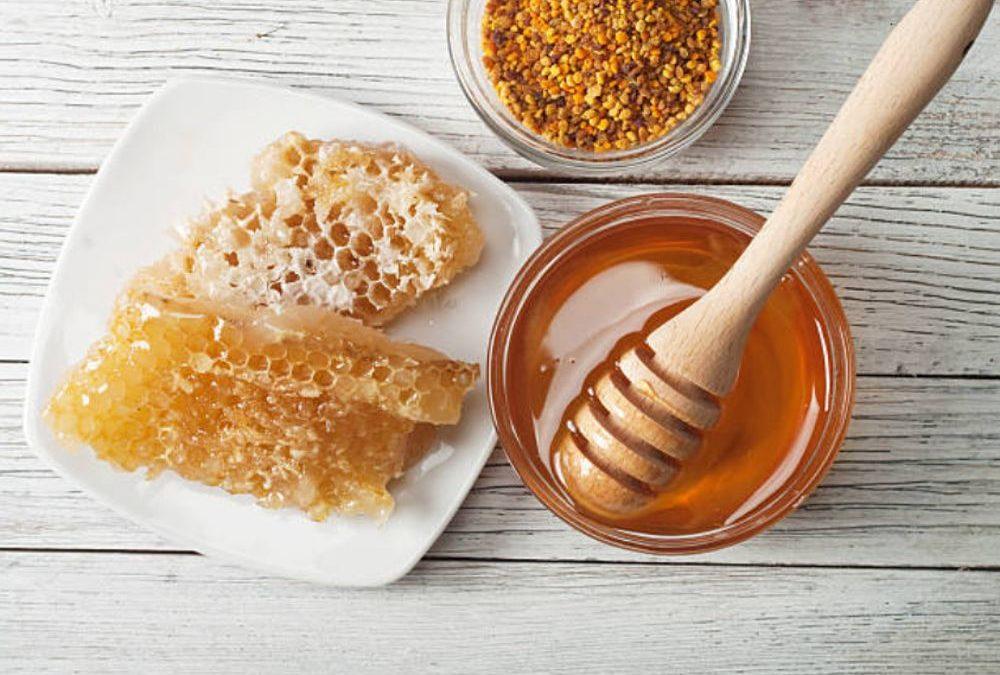 Usar miel para hacer masajes contra la celulitis