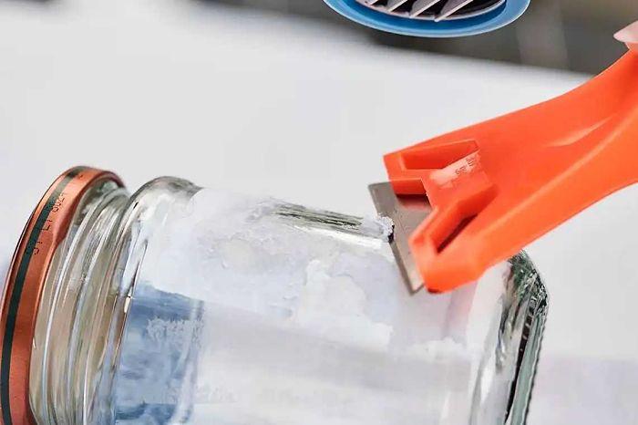 quitando pegamento de un vaso con objeto filoso