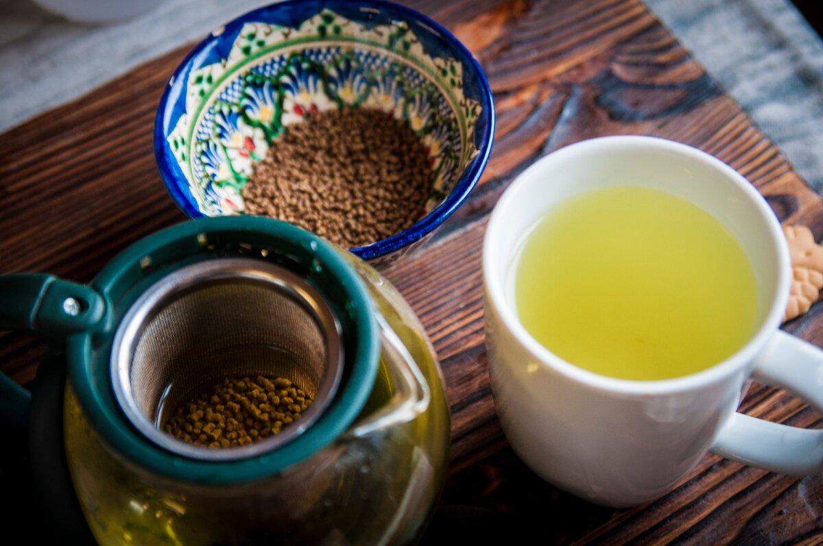 Taza con té de trigo de sarraceno