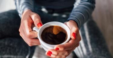 Mujer tomando café y el posible riesgo de glaucoma