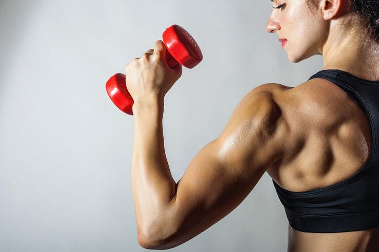 Mujer con cuerpo marcado gracias a la memoria muscular