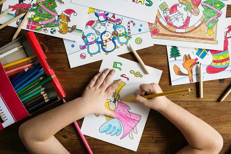 Un niño dibujando