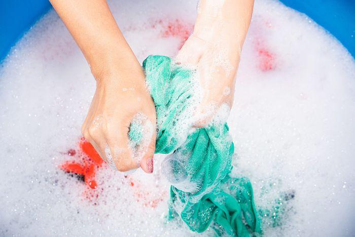Lavando la ropa para quitarle las manchas