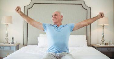 Persona mayor estirando sus brazos