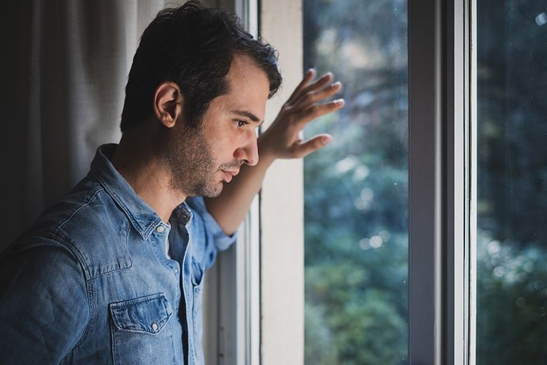 Persona agotada por pensamientos negativos