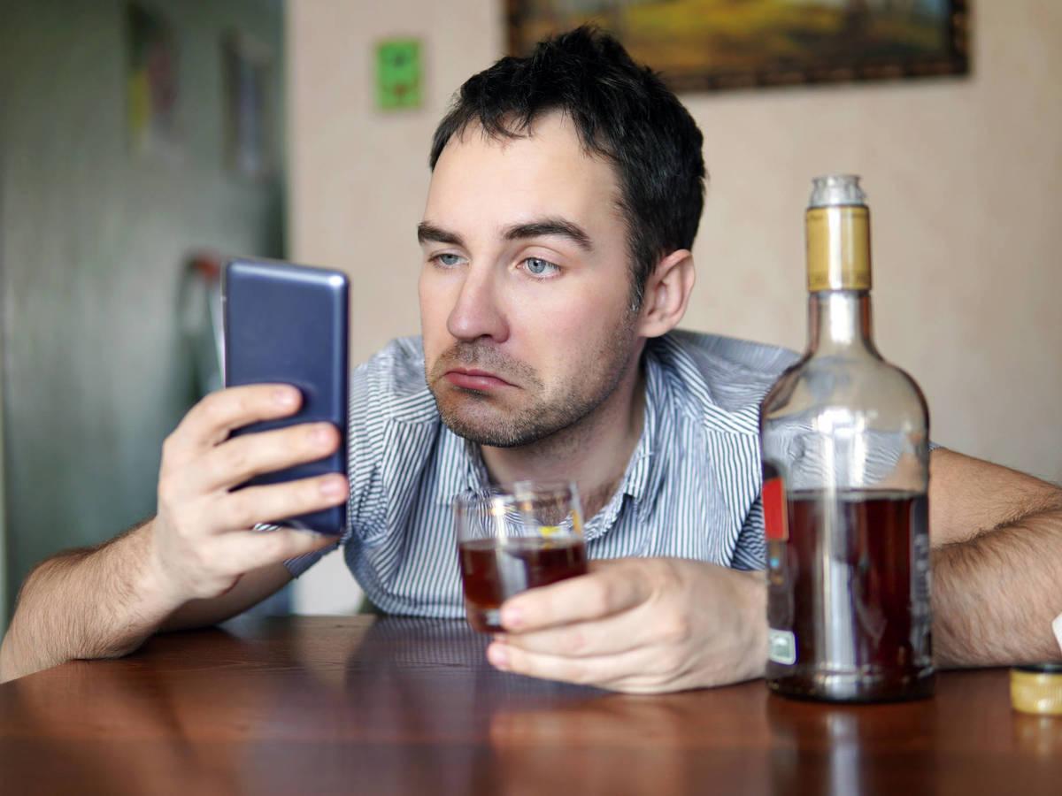 Persona adulta tomando bebida alcohólica