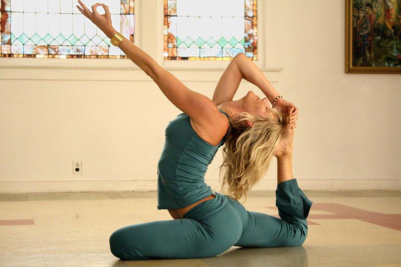 Mujer practicando yoga en casa