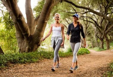 Mujeres caminando por un parque