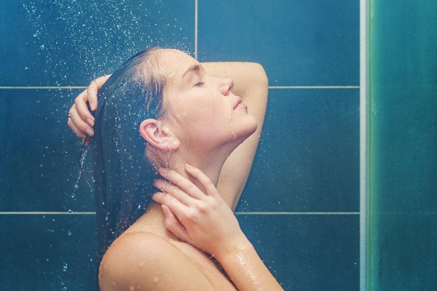 Errores que se cometen en la ducha pero que arruinan la piel