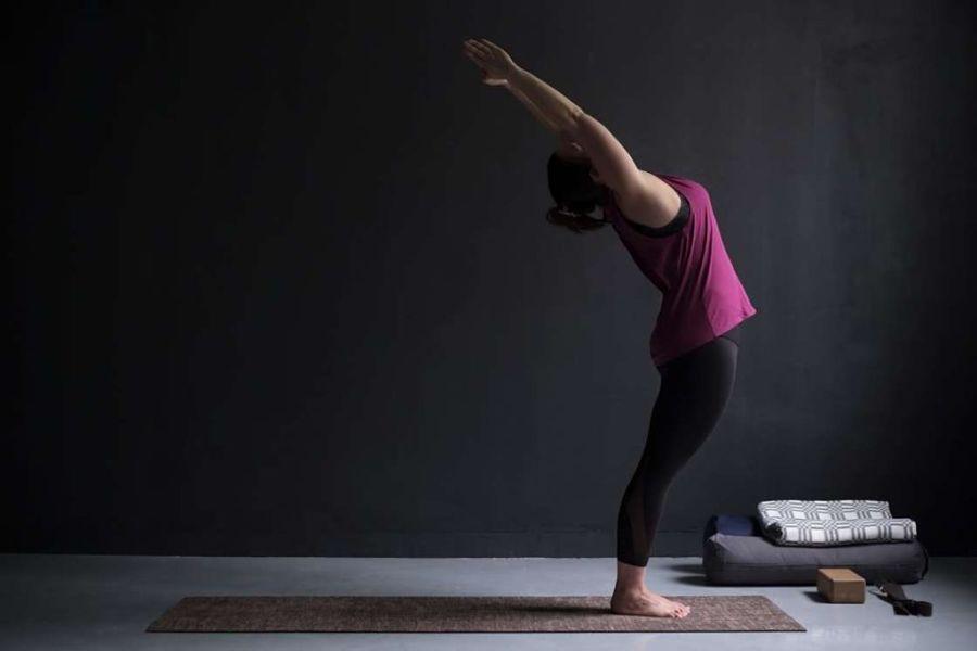 Postura de yoga para el dolor abdominal