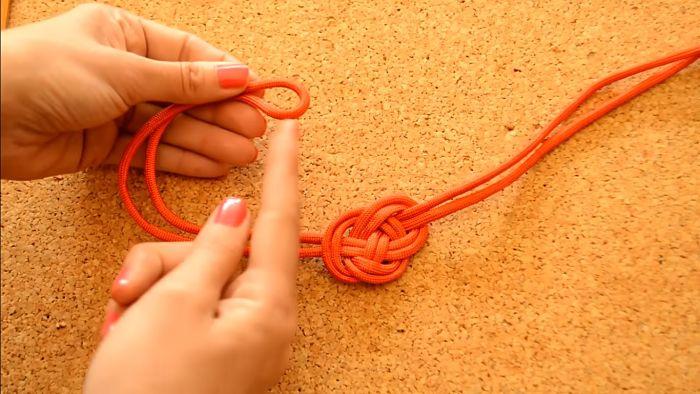 Mira cómo hacer un collar de nudos celta paso a paso 10