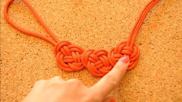 Mira cómo hacer un collar de nudos celta paso a paso 12