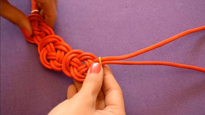 Mira cómo hacer un collar de nudos celta paso a paso 14