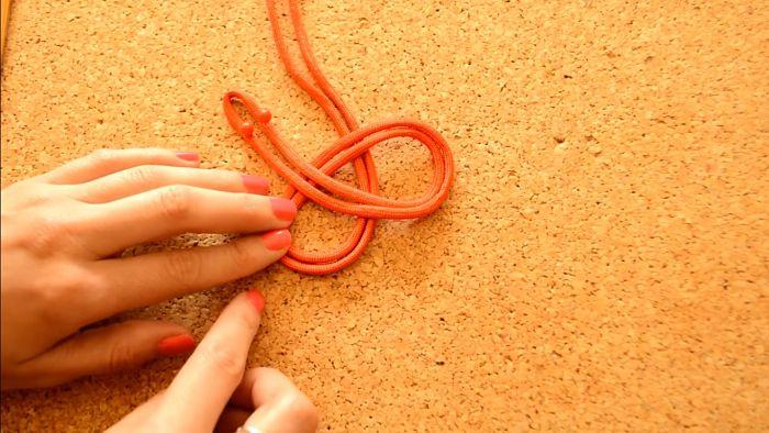 Mira cómo hacer un collar de nudos celta paso a paso 6