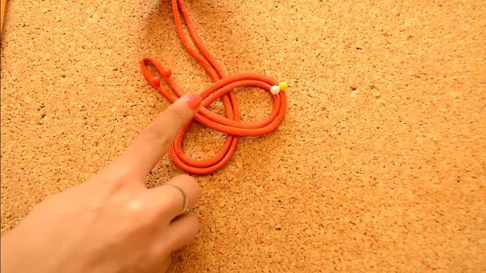 Mira cómo hacer un collar de nudos celta paso a paso 7