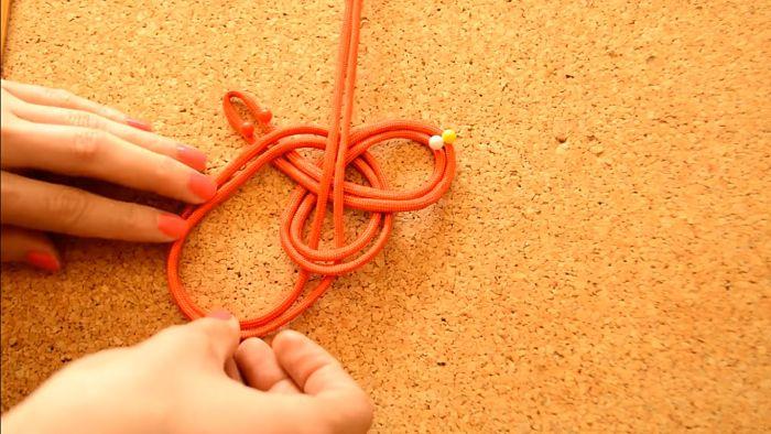 Mira cómo hacer un collar de nudos celta paso a paso 8