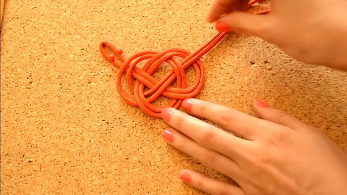 Mira cómo hacer un collar de nudos celta paso a paso 9